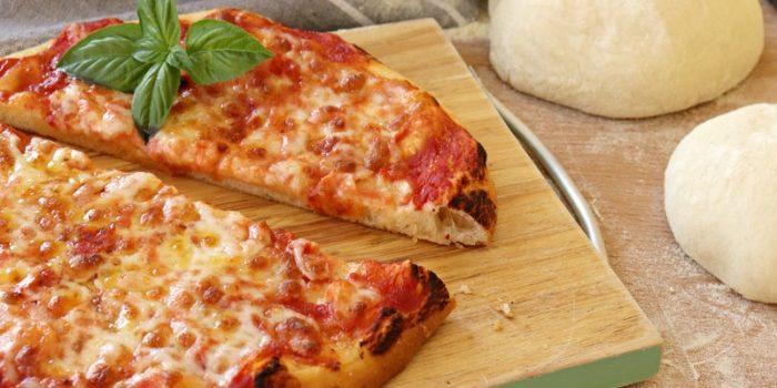 Pizza cotta con la cucina su pietra refrattaria